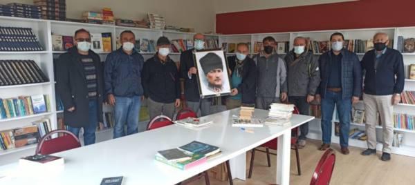 Atatürkçü Düşünce Derneği'nden Ortaköy Kütüphanesine Portre ve kitap hediyesi...