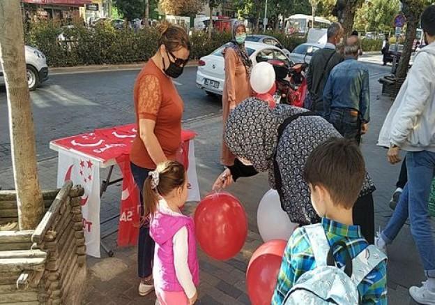 Saadet Partisinden Dünya çocuk günü münasebeti ile Balon Dağıtımı