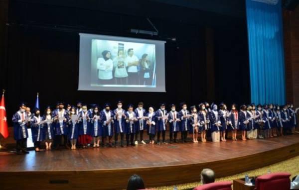 Uşak Üniversitesi Diş Hekimliği Fakültesi İlk Mezunlarını Verdi